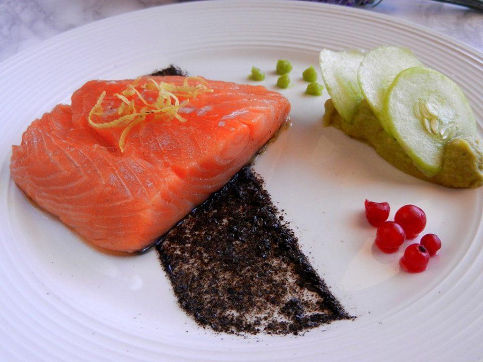 DSCN5055-960x720 Non-sushi alla Giò - Salmone in olio cottura con mousse di avocado al wasabi Gourmet Healthy Secondi di pesce Secondi Piatti  wasabi salmone non sushi cucina con giò cetriolo avocado alga nori