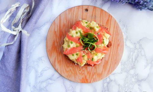 Frisellove #7 – Frisella con uova strapazzate e salmone
