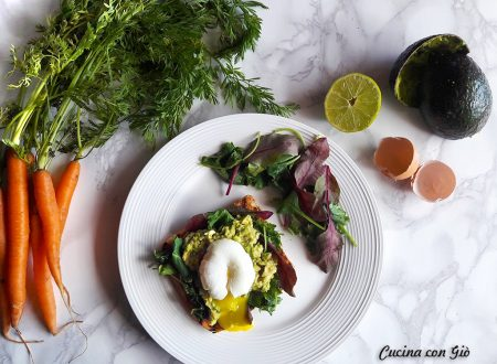 Avocado toast con uovo in camicia