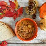 Zuppa d'autunno con farro, ceci, castagne, zucca e grue di cacao