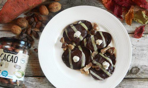 Ravioli al cacao con radicchio e pere in salsa di noci e funghi