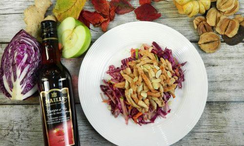Pollo alle mandorle con insalata di cavolo rosso e mela verde