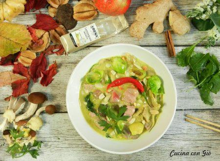 Zuppa thai al latte di cocco e curry con tonno, funghi e cavoli