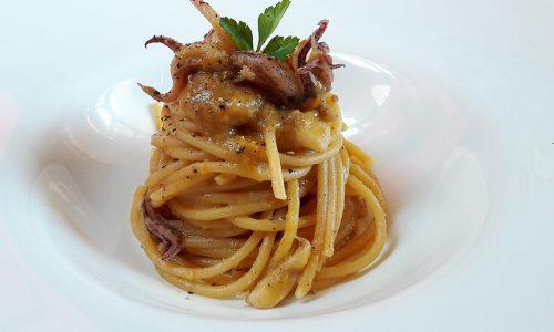 Spaghettone Bobò con ciuffi di calamari
