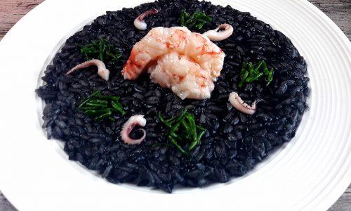 Risotto al nero di seppia con gamberi cotti e crudi