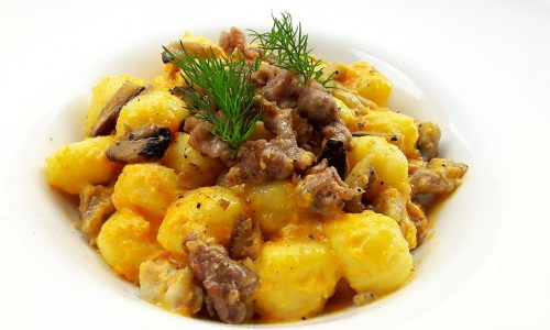 Gnocchi con crema di zucca, salsiccia e cardoncelli